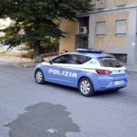 Torino, prende a pugni un passante a caso e poi frattura la mano a un poliziotto