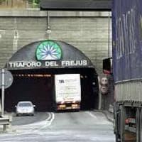 Fiamme nel deposito dell'acquedotto attiguo all'autostrada, chiusa la A32