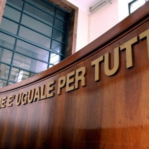 Torino, si spoglia davanti all'anziano prete e lo ricatta: giovane condannata a quasi due anni di carcere