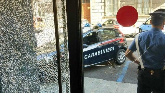 Torino, il tasso è troppo alto: ottantenne prende a martellate l'agenzia di prestiti