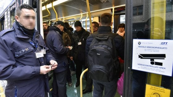 Torino, senza biglietto sul tram picchia i controllori e gli agenti della Finanza: condannato e rimesso in libertà