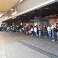 Torino, domenica di coda all'ufficio Gtt di Porta Nuova per i nuovi abbonamenti