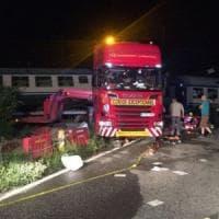 Caluso, auto abbatte il passaggio a livello dello scontro fra treno e Tir