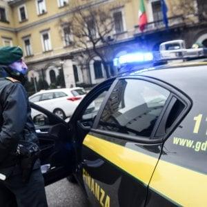"""""""Ti trattengo cento euro dalla busta paga oppure ti licenzio"""", denunciato il direttore estorsore"""