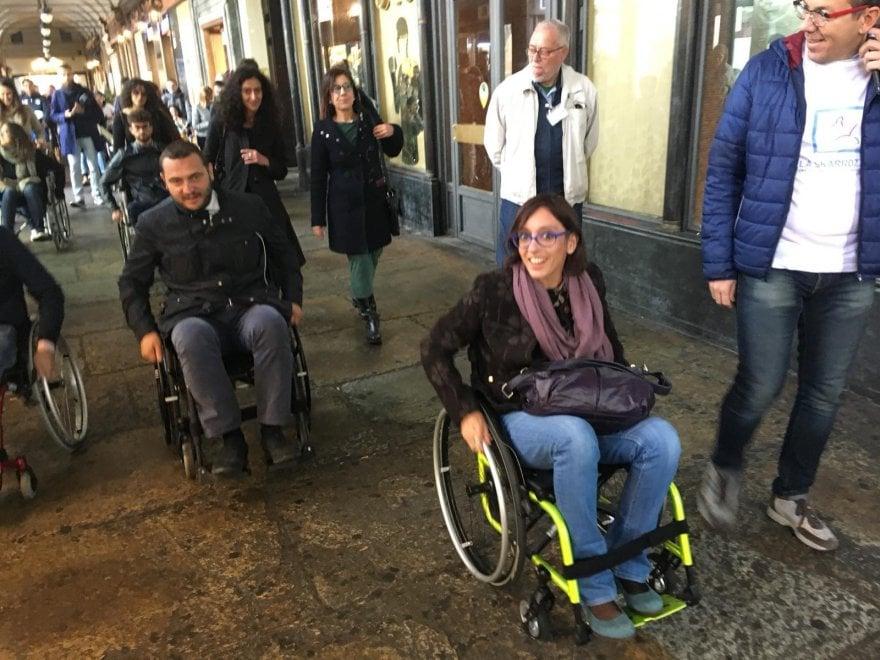 Torino, assessori in carrozzina per le vie del centro per capire le difficoltà dei disabili