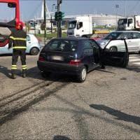 Spettacolare scontro tra due auto in corso Ferrara