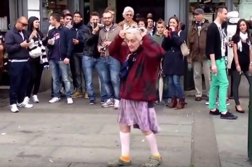"""Torino: addio a """"Anna del Balon"""", l'anziana ballerina di strada diventata famosa sul web"""