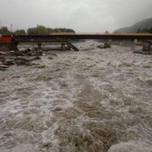 Maltempo in Piemonte, tir sbanda sulle barriere della Torino-Aosta