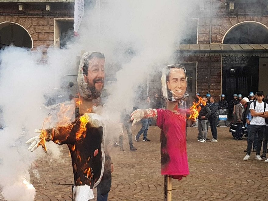 Studenti in piazza bruciano i manichini di Salvini e Di Maio