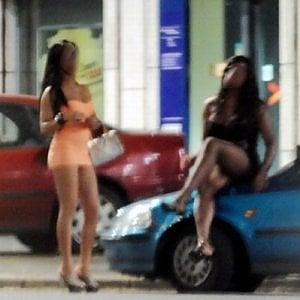 Tenta di uccidere prostituta simulando un incidente: quando si sveglia dal coma lei aiuta a catturarlo