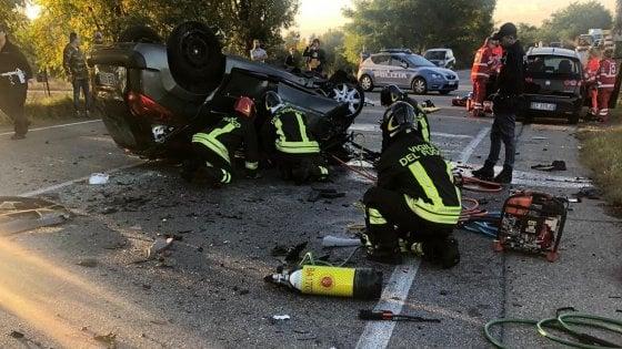 Torino, donna muore nello scontro fra due auto e un camion dei rifiuti