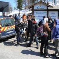"""Claviere, la polizia accusa: """"Migranti scaricati in Italia da furgone della Gendarmerie""""...."""