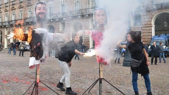 Torino, altri tre denunciati per i manichini dei vicepremier bruciati in piazza