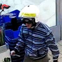 Torino, rapinatore seriale camuffato da postino: il suo ultimo colpo sventato dal migrante...