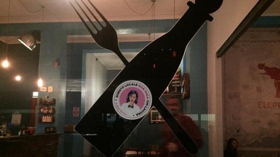 """Movida a Torino, """"picchetto"""" davanti a un bistrot: """"Basta sfruttamento, pagate gli arretrati al cuoco"""""""