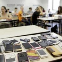 Valle d'Aosta come la Francia: telefonini vietati in classe dal prossimo anno scolastico