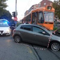 Taglia la strada al tram, automobilista investito in corso Toscana