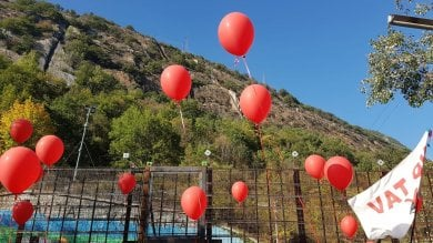 Manifestazione No Tav, e i fogli di via volano in cielo legati a palloncini rossi