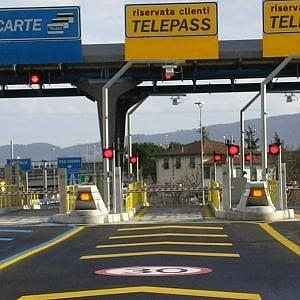 Passa per 167 volte a scrocco al Telepass accodandosi ad altre auto: condannato a 4 mesi