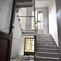 """Torino: crolla la scala di un palazzo, i vigili del fuoco """"liberano"""" gli inquilini"""