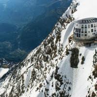 Monte Bianco, alpinista precipita per 400 metri e muore sotto gli occhi del figlio...