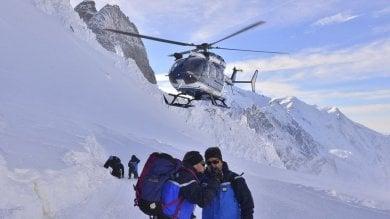 Monte Bianco, alpinista precipita per 400 metri e muore sotto gli occhi del figlio