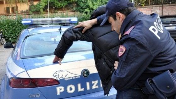 Torino, aggrediscono coppia di anziani per strappare la catenina: due fermati a Borgo Vittoria