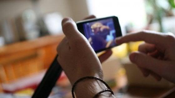 Torino, riceve video hard sul telefonino: a processo per ped