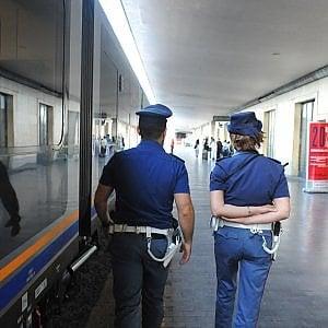 """Migrante si getta dal treno in corsa per sfuggire alla Polfer: morto. Una dipendente Fs: """"Meglio lui che un'altra persona"""""""
