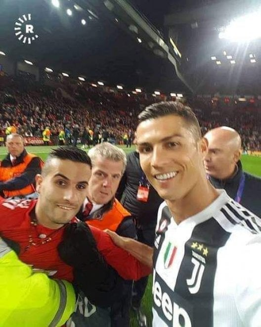 """Ronaldo scatta un selfie con l'""""invasore"""" curdo dell'Old Trafford, la foto fa il giro del mondo"""