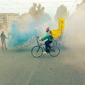 Torino, la protesta dei rider sfruttati: uova contro Foodora, vernice contro Glovo