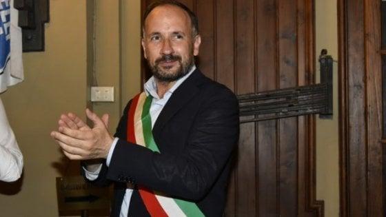 """Asti, il sindaco pulisce da solo le finestre del suo ufficio: """"L'ho chiesto ai piantoni, hanno detto no"""""""