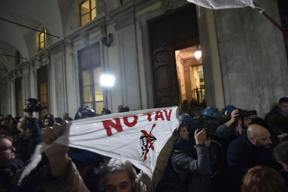 Torino,  tensione sotto sotto il Comune: la polizia  divide i pro Tav e da quelli contrari