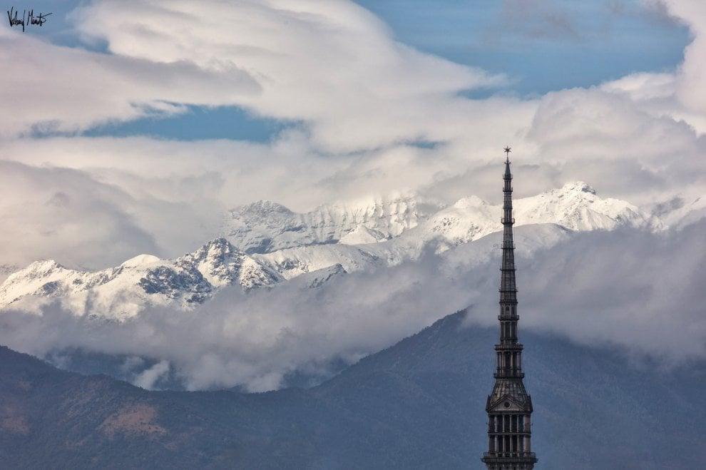 Torino, panorami mozzafiato con la prima neve sulle Alpi