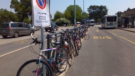A Novara niente bici legate ai pali, bevande in vetro e abiti succinti: polemiche sul nuovo regolamento di polizia