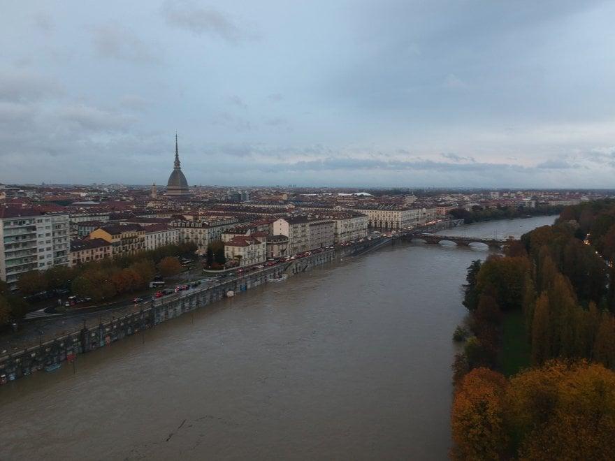 Torino, immagini da un'emergenza: il Po in piena straripa e invade i Murazzi e il Valentino