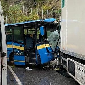Cuneo, scontro tra camion e bus di linea con 25 ragazzi: 11 feriti non gravi