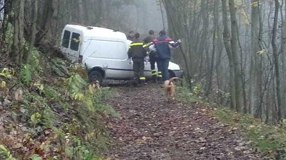 Pinerolo, tradito dal navigatore finisce con l'auto nei boschi: salvato dai vigili del fuoco