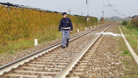 Giallo nel Cuneese, studente di 15 anni trovato morto accanto alla ferrovia: la polizia indaga