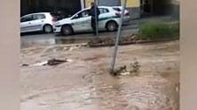 Scoppia una tubatura,  a Chieri il viale diventa  un fiume di fango