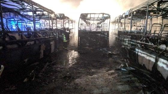 """Ciriè, incendiati sette bus Gtt vicino alla stazione. I carabinieri fermano un uomo: """"Sono stato io, non mi  facevano salire"""""""