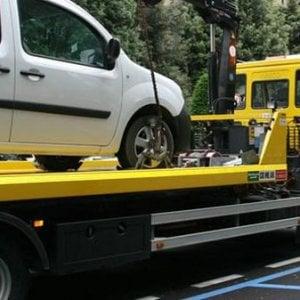 Torino, gara tra carri attrezzi con una donna ferita: autista assolto