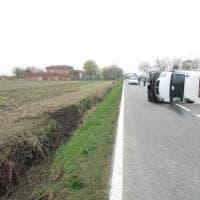 Orbassano, autocarro si ribalta sulla provinciale: ferito l'autista