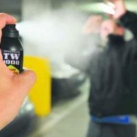 La polizia blocca uno spacciatore con lo spray al peperoncino