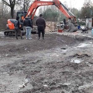 Torino, i vigili abbattono le baracche abusive del campo rom di via Germagnano