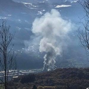 Aosta, una colonna di fumo sulla città per un incendio alla Cogne