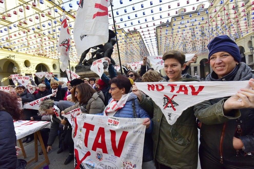 """Alta velocità, a Torino la disfida delle donne: le No Tav contro le """"madamin"""""""