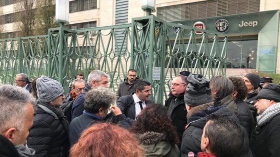 """Fca a Torino, tensione davanti a Mirafiori. La Fim-Cisl: """"I Cobas ci hanno aggredito"""""""