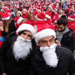 Torino, l'assalto di ventimila Babbi Natale per i bimbi del Regina Margherita