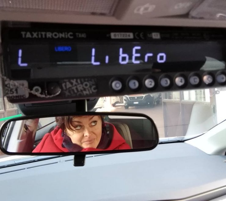Torino, primo giorno di servizio per l'ex deputata diventata tassista
